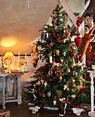 Weihnachtsbaum mit Rot / GOLDENEM Schmuck