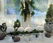 Adventsgesteck auf der Fensterbank