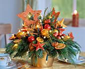 Adventsgesteck mit Lichterkette, Sisalsterne, Kugeln,Orangen-