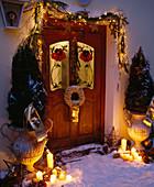Hauseingang adventlich geschmückt mit Amphoren, Zweige