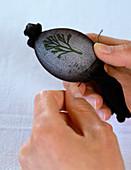 Eier färben mit Blattmuster: 2. Step: Strumpf zusammenbinden 2/3