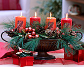 Adventsgesteck in Eisenjardiniere mit Zweigen und Kerzen