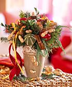 Weihnachtliche Strauß mit Nüssen und Gewürzen