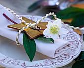 Napkin decoration with Helleborus niger (Christmas rose)
