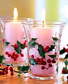 Ilex 'Alaska' / Stechpalmenblätter und -beeren, Gläser mit Kerzen