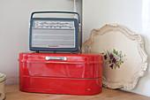 Altes Radio auf einem roten Brotkasten
