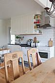 Alte Stühle am Tisch in der Landhausküche