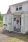 Romantisches Häuschen mit offener Doppeltür zum Wintergarten