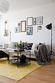Wohnzimmer in Schwarz, Weiß und Gelb