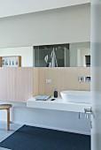Modernes Badezimmer mit geradlinigem Design