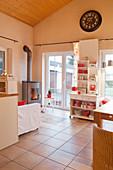 Offener Wohnraum mit rot-weißer Einrichtung