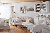 Wohnzimmer mit Sofa und Anrichte in Shabby Stil