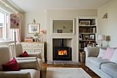 Wohnzimmer mit Kaminfeuer und Polstermöbeln