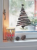 Weihnachtsbäumchen aus Window Colour auf dem Fenster