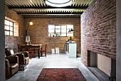 Offener Wohnraum in umfunktioniertem Stallgebäude