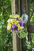Sträußchen mit Bauernblumen und Ähren im Einmachglas