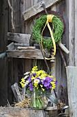 Blumenstrauß im Einmachglas und ein Kranz aus Rapsschoten