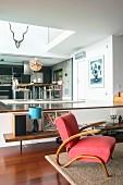 Roter Sessel im Wohnzimmer und Esszimmer auf höherer Ebene