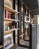Bücherregale auf der Galerie aus schwarzen Metallgittern