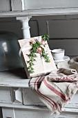 Romantisch verpacktes Geschenk mit Rosenblüten und Efeuranken