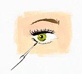 Nahaufnahme einer Frau die Eyeliner aufträgt