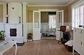 Klassisches Wohnzimmer mit Kachelofen und Flügeltür