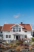 Holzhaus im Skandinavischen Stil unter blauem Himmel