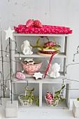 Weihnachtliches Regal mit Engel, Plätzchen, Glasschmuck und Misteln
