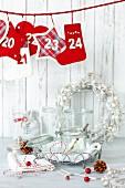 Weihnachtsdekoration und Einmachgläser auf weißem Tisch
