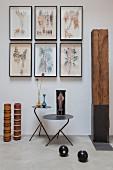 Blätterzweige in Bilderrahmen an der Wand, Kunstobjekt aus Holz und Metall-Beistelltische