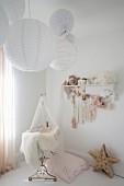 Nostalgisches Babyzimmer mit Papierlampen über der Wiege