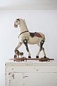 Altes Kinderspielzeug in Form von Pferden