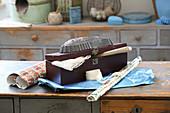 Alte Backform auf einer Holzkiste mit nostalgischen Schätzen