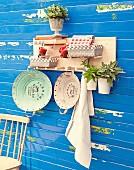 DIY-Wandboard mit Holzstäben als Ablage für Körbchen, Bücher und Aufhängung für Gegenstände