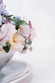 Blumengesteck in nostalgischer Schale
