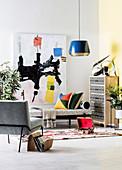 Moderne Kunst an der Wand, Tagesbett, Kommode und Polsterstuhl im Wohnzimmer