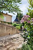 Altes mediterranes Haus mit Rosen, Lavendel und Buchs im Vorgarten