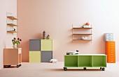 Verschiedene Aufbewahrungsmöbel vor apricotfarbener Wand