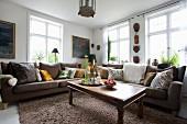 Orientalisch dekoriertes Wohnzimmer in Erdfarben