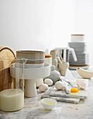Marmor-Küchenarbeitsplatte mit verschiedenen Küchenutensilien und Eiern