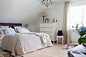 Bedroom in shades of cream and white