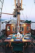 Gedeckter Tisch auf einem Segelschiff