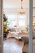 Blick ins weihnachtlich dekorierte Wohnzimmer in Weiß