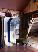 Farblich abgesetzter Toilettenraum unter der Dachschräge