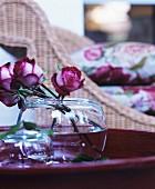 Glasvase mit Rosen