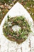 Kranz aus Märzenbecher, Schneeglöckchen, Moos und Efeu