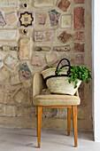 Einkaufstasche auf dem Stuhl vor einer mediterranen Mosaikwand