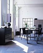 Maskulines Esszimmer mit schwarzen Möblen im Loft