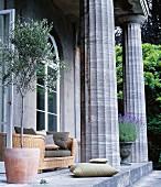Klassisches Haus mit Säulen und Rundbogenfenstern