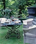 Sommerlicher Sitzplatz mit gedecktem Tisch im Garten